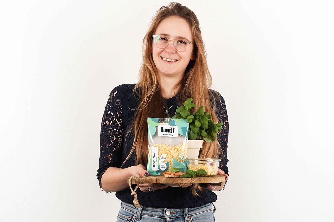 Hanne Clemens ontwikkelde een kaas die deels bestaat uit plantaardige ingrediënten en deels uit kaas met de naam Kindof Dairy.