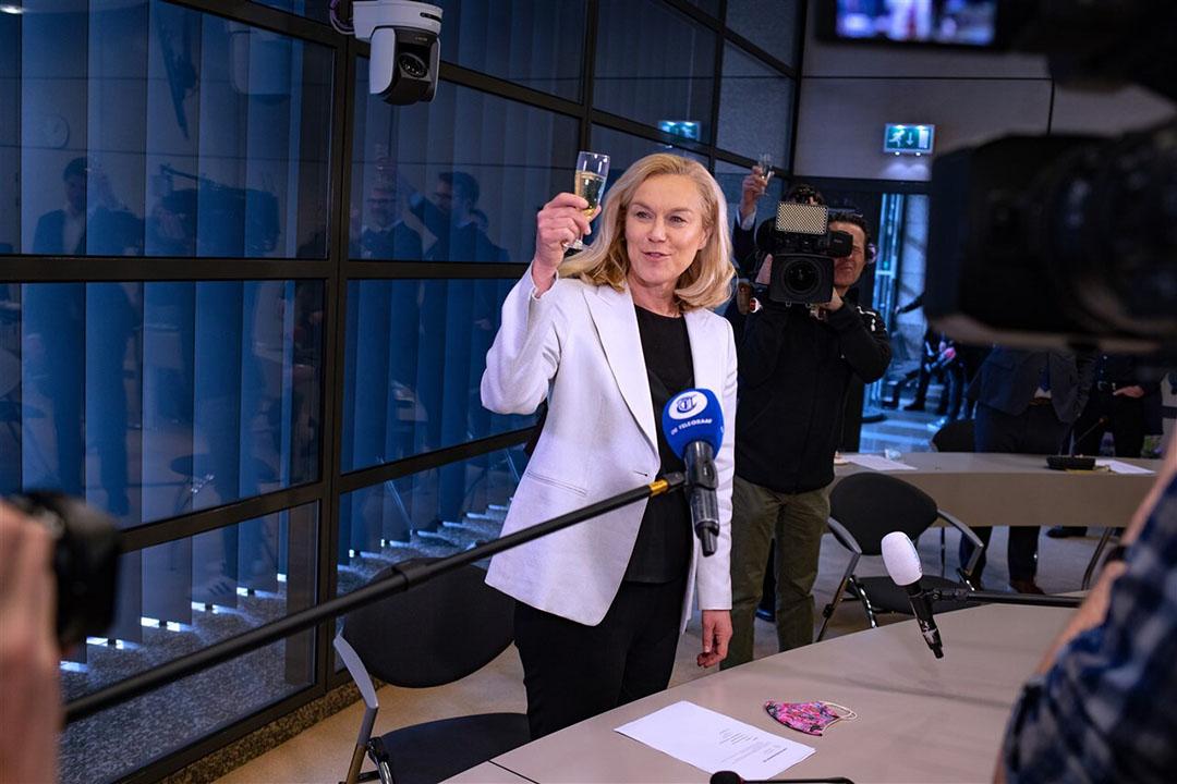D66-leider Sigrid Kaag proost op de winst van de partij. - Foto: ANP