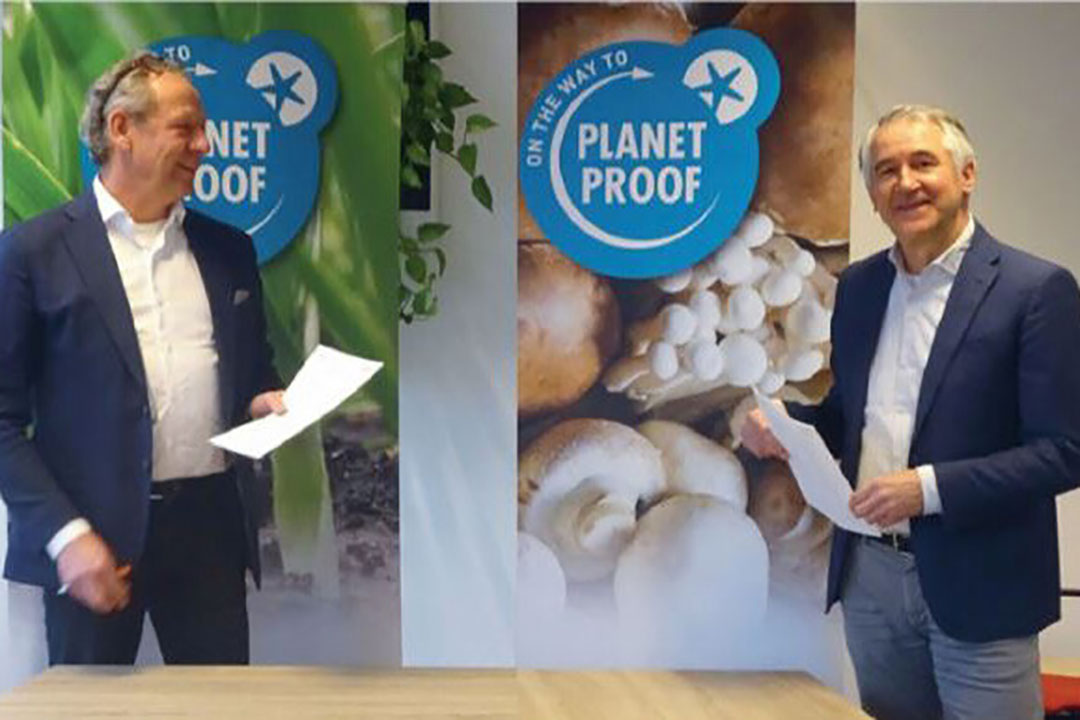 Coronaproof ondertekenen van de overeenkomst tussen Stichting Milieukeur en GroentenFruit Huis, met Gijs Dröge (Iinks), directeur Stichting Milieukeur en Richard Schouten, directeur GroentenFruit Huis. - Foto: Stichting Milieukeur