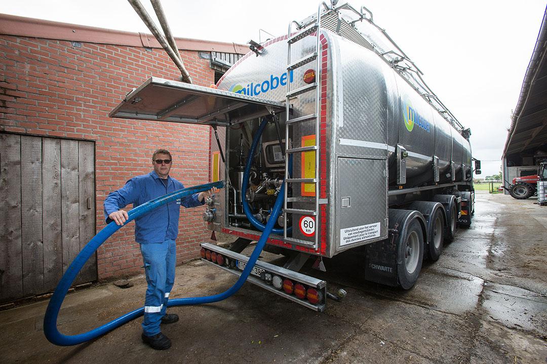 Melkophaling door Milcobel ergens in Vlaanderen. Dit gebied is van beide Belgische landsdelen het meest geschikt voor de melkveehouderij. Milcobel had hier de laatste jaren weinig echt serieuze concurrentie.