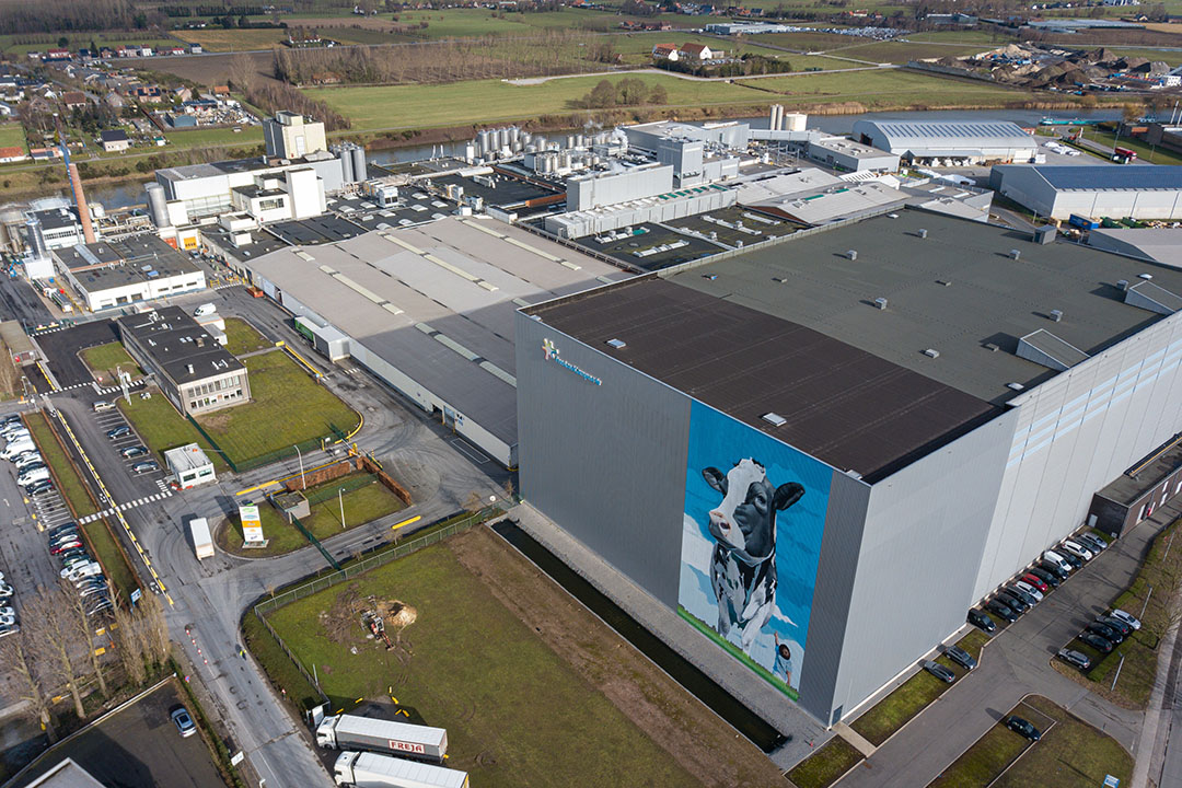 FrieslandCampina heeft de locatie in Aalter deels verkocht aan Royal A-ware. Het gaat om de poederfabrieken (links). A-ware betreedt daarmee de Belgische boerderijmelkmarkt. RFC blijft melkdranken produceren in Aalter. - Foto's: Peter Roek