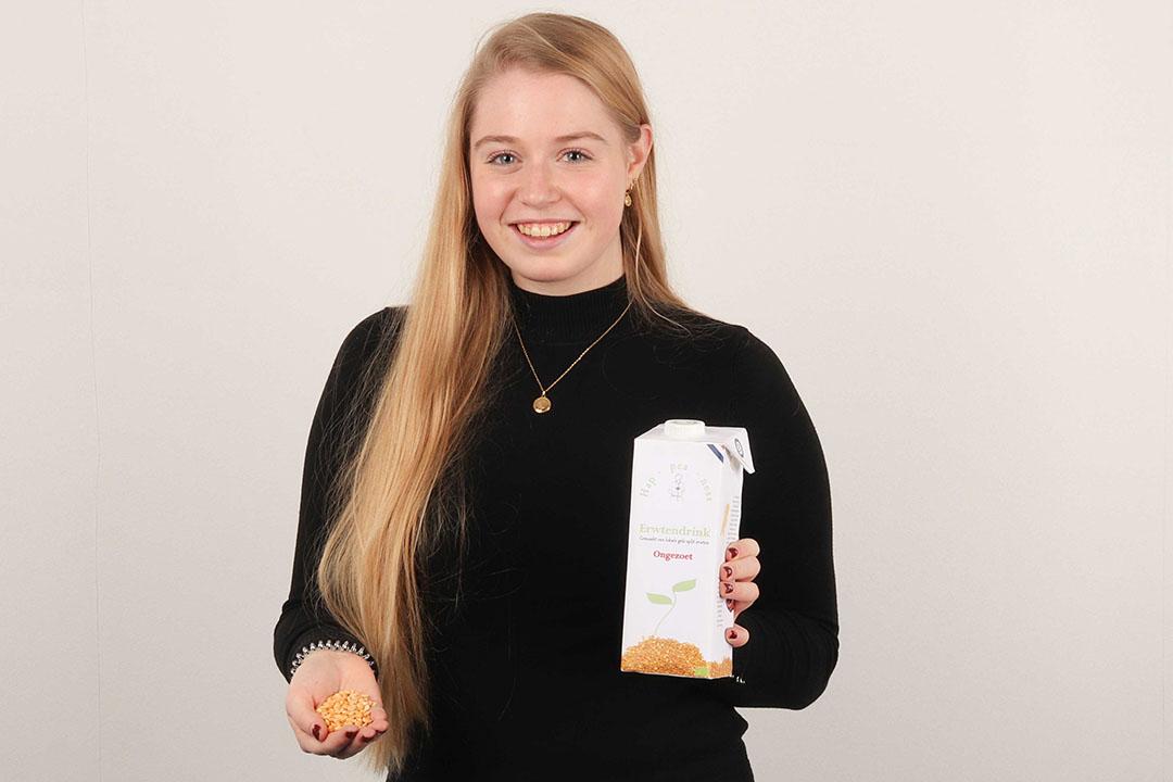 Laura Snellen met haar zuivelvervanger op basis van gele spliterwten, onder de naam Hap-pea-ness.