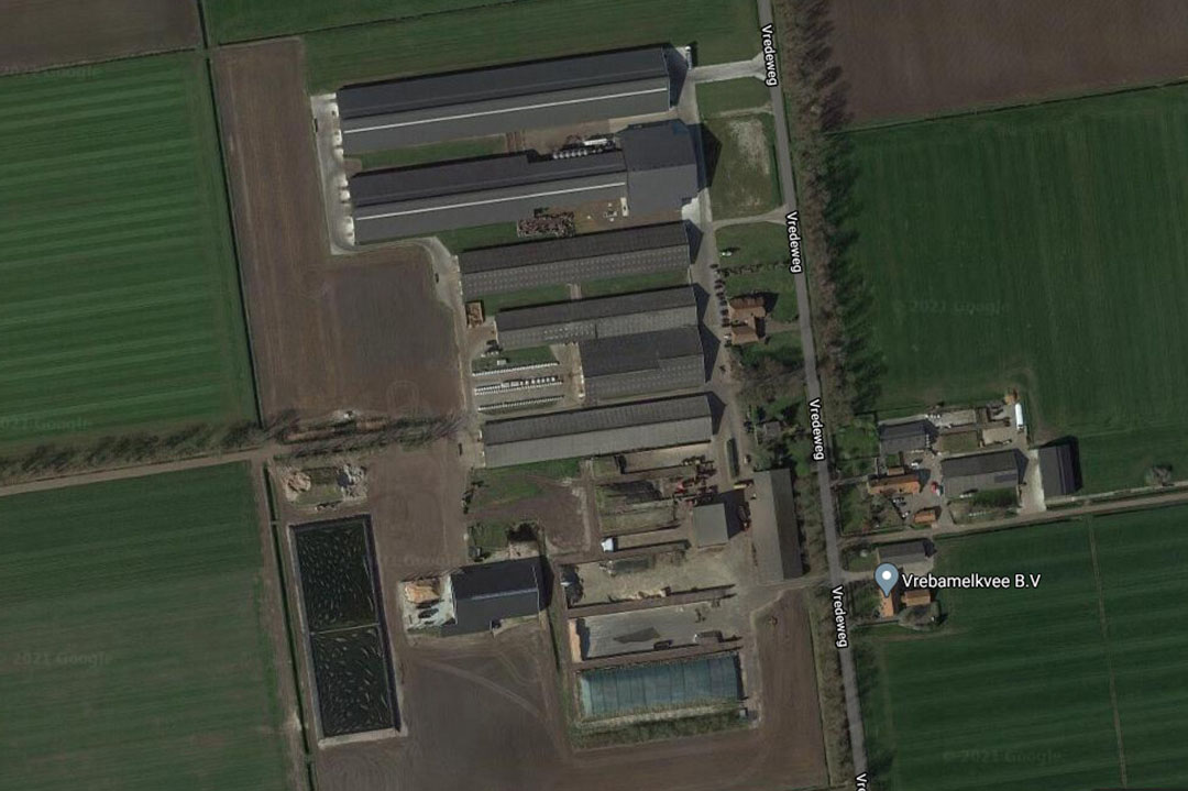 De woning op het erf van Vrebamelkvee en de woning ertegenover in Vredepeel worden geveild. - Afbeelding: Google