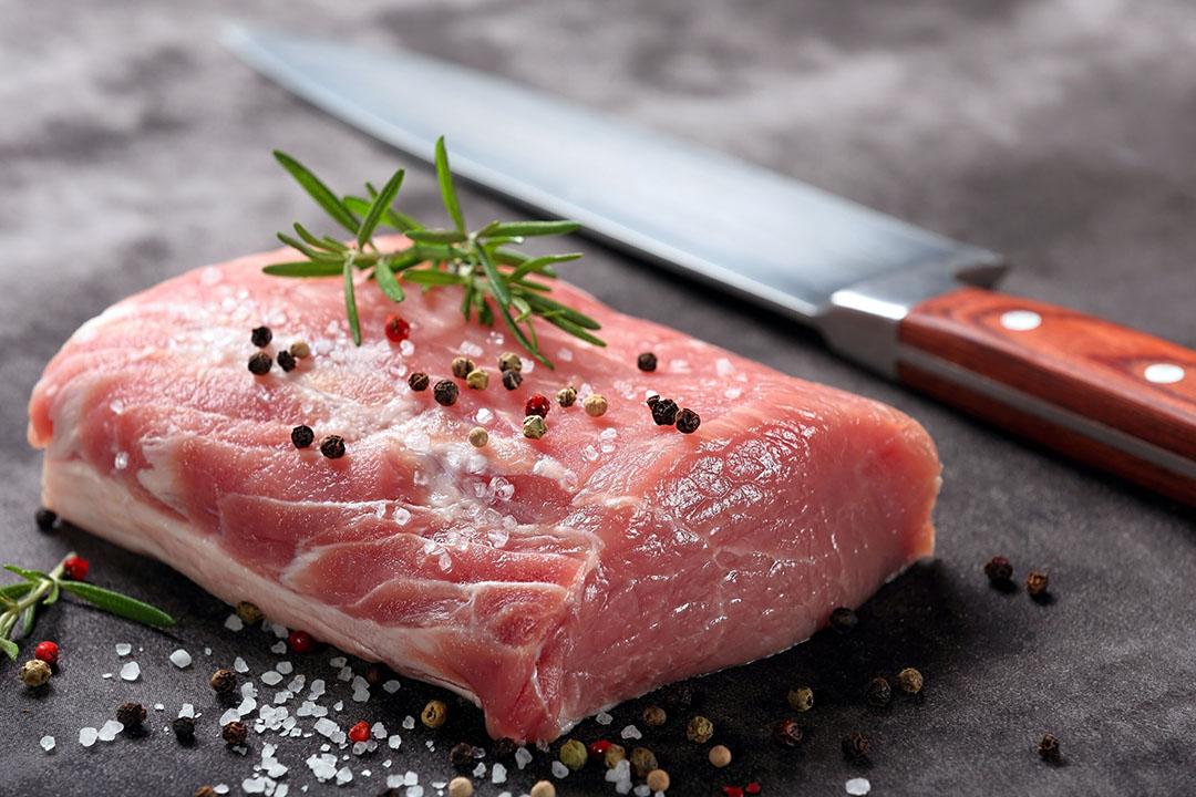 Het Wageningse onderzoek richt zich op pluimvee- en varkensvlees, omdat de verschillen in de houderijsystemen daar het grootst zijn. Foto: Canva