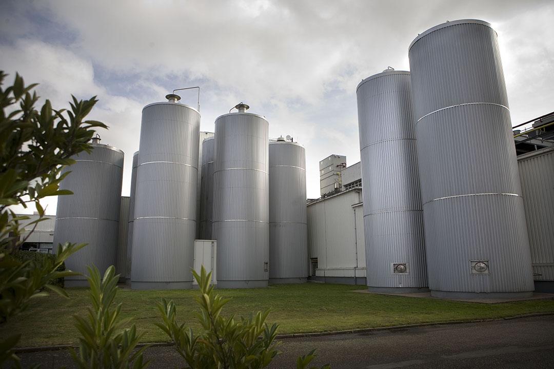 Opslagtanks en silo's bij de kaasfabriek van Deltamilk in Bleskensgraaf. - Foto: Roel Dijkstra