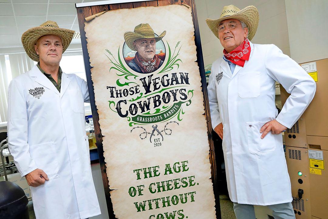 PvdD-senator Niko Koffeman (r) richtte met Jaap Korteweg vegabedrijf Those Vegan Cowboys op. Volgens PvdD-fractievoorzitter Esther Ouwehand is dat geen probleem. - Foto: Duo Foto