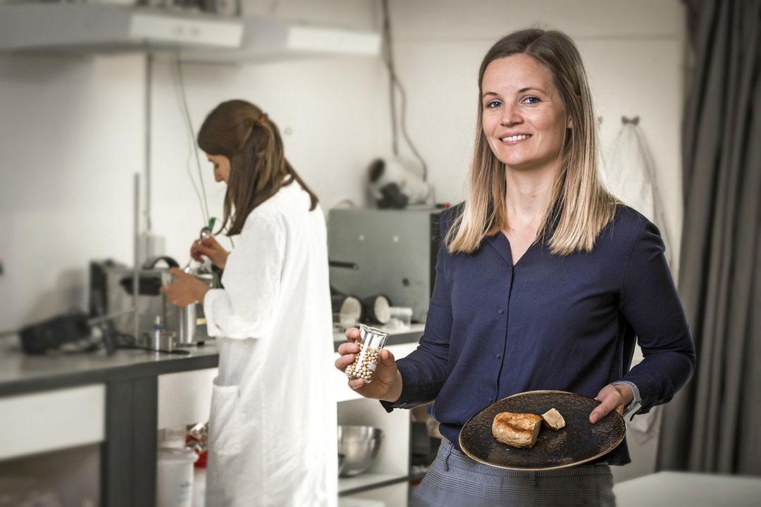 """Mede-oprichter en -eigenaar van Rival Foods Birgit Dekkers: """"Met onze producten is het mogelijk om het mondgevoel en de textuur van vlees na te bootsen, maar we werken er aan om alles perfect te krijgen. Ook de smaak bijvoorbeeld moet kloppen."""" - Foto: Koos Groenewold"""