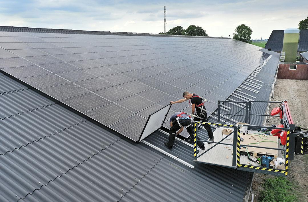 De installatie van 500 zonnepanelen op het dak van een varkensbedrijf in Overijssel. Voor installaties op het dak is een hoger subsidiebedrag dan voor zonnepanelen op de grond. - Foto: Ruud Ploeg