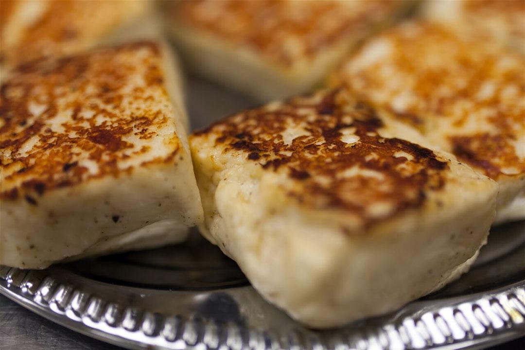 Gebakken Haloumi. Deze kaas, een mengsel van schapen- en geitenmelk, is inzet van een conflict tussen de EU en Australië. - Foto: ANP