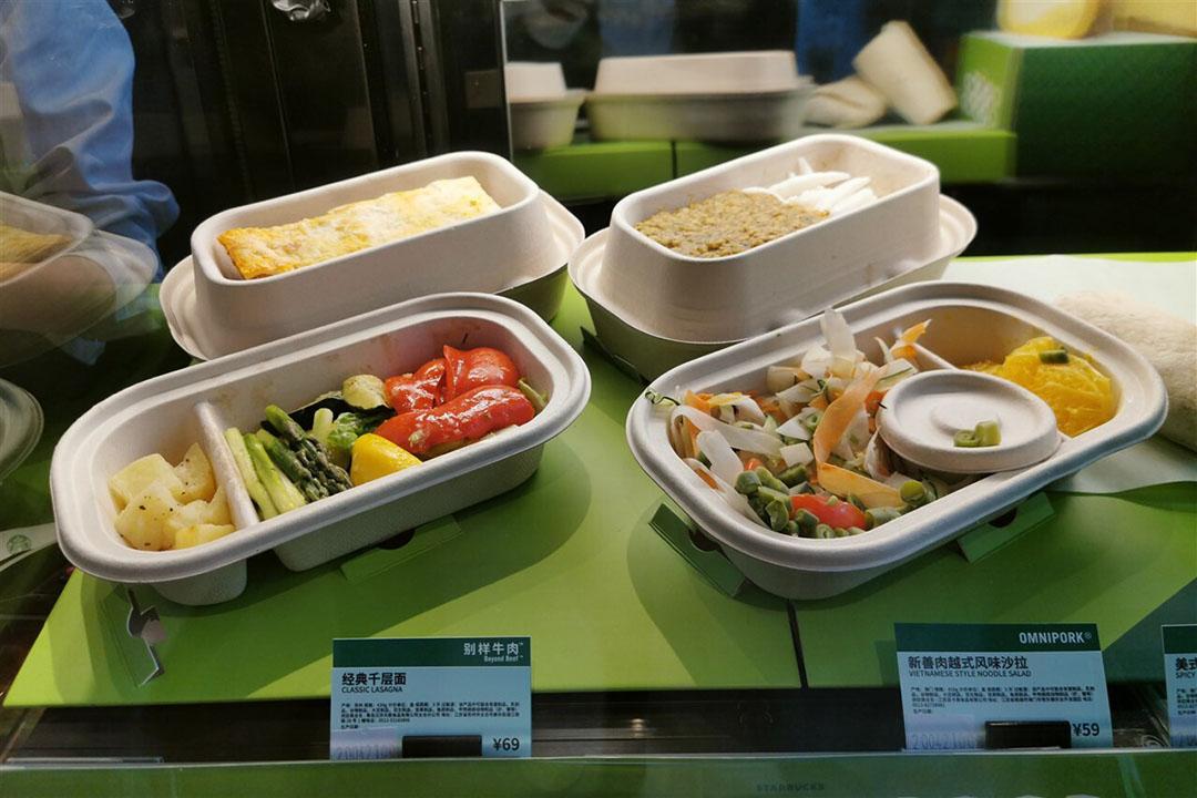 Ontbijt in een Starbucks-vestiging in China met producten van Beyond Meat. - Foto: ANP
