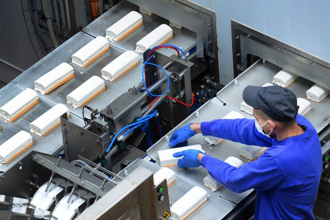 Een medewerker in een ijsfabriek. - Foto: ANP