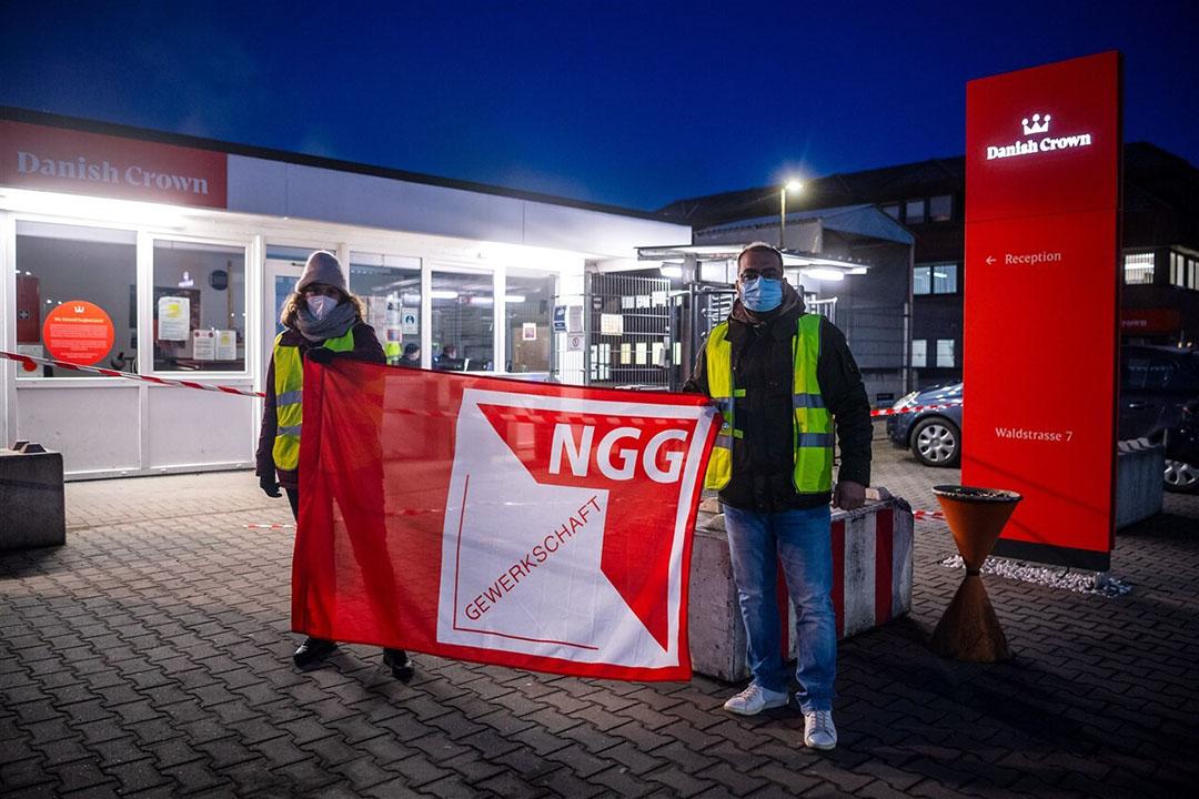 Leden van de vakbond NNG roepen bij de vestiging van Danish Crown in Oldenburg op tot staking. - Foto: ANP