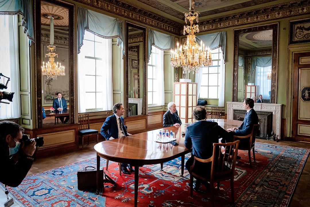 Informateur Herman Tjeenk Willink heeft een gesprek met minister van Financien Wopke Hoekstra, minister van Sociale Zaken en Werkgelegenheid Wouter Koolmees en minister van Economische Zaken en Klimaat Bas van 't Wout. Foto: ANP