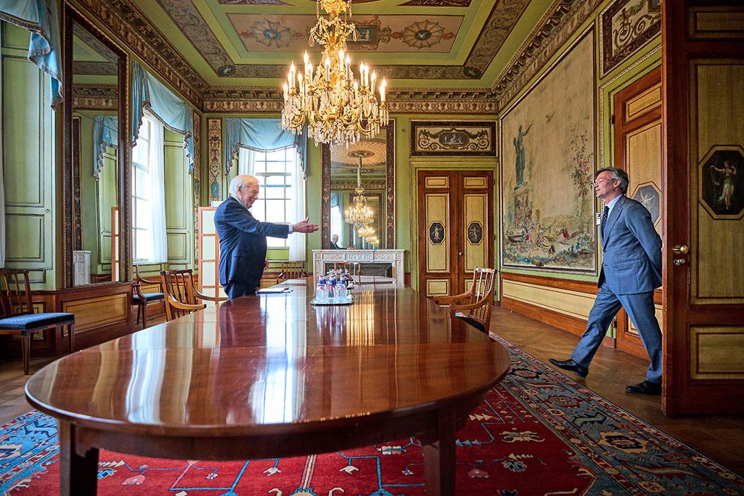 Informateur Herman Tjeenk Willink ontvangt president Arno Visser van de Algemene Rekenkamer. - Foto: ANP