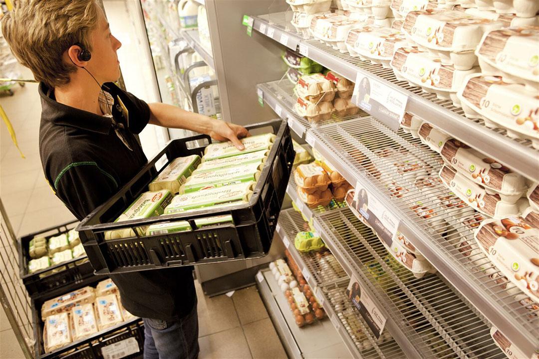 Winkelschappen worden gevuld met nieuwe doosjes eieren. - Foto: ANP
