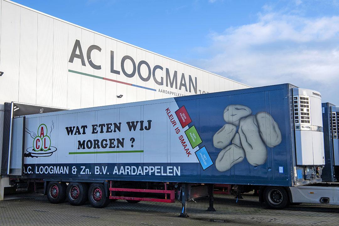Een oplegger van A.C. Loogman op het bedrijfsterrein in Aalsmeer. Inmiddels is alles geveild. - Foto: Cor Salverius Fotografie