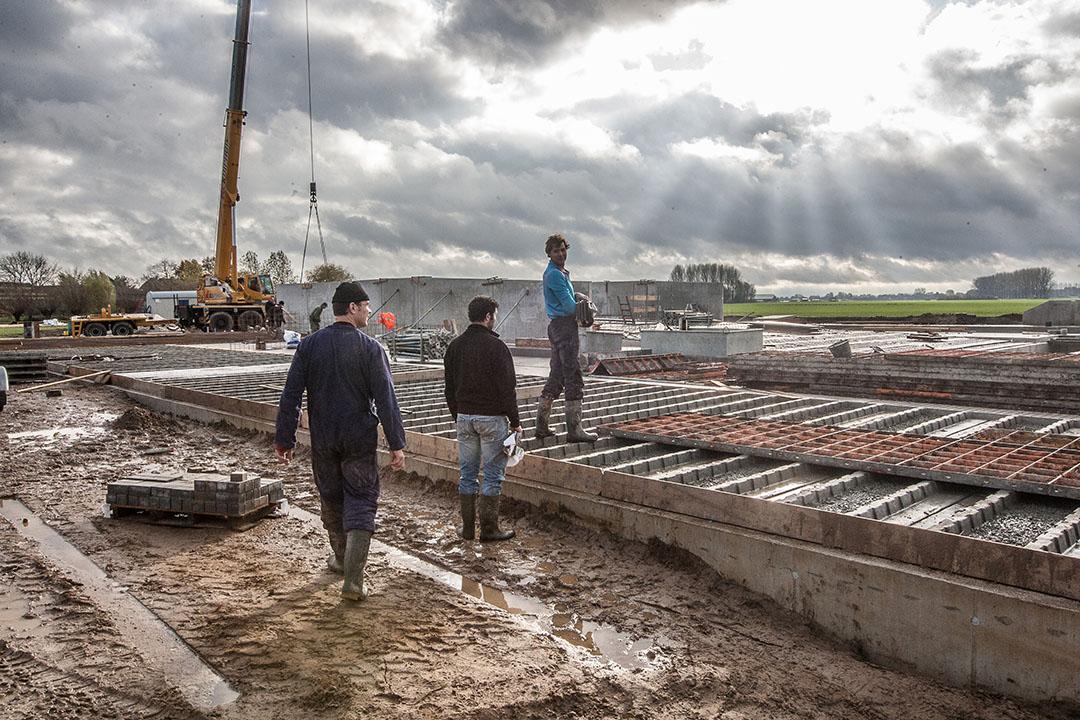Bouw van een stal. Voorwaarden aan nieuwbouw van stallen worden uitgebreid. Er gelden niet alleen eisen voor emissie-reductie, maar ook voor de veiligheid. - Foto: Ronald Hissink