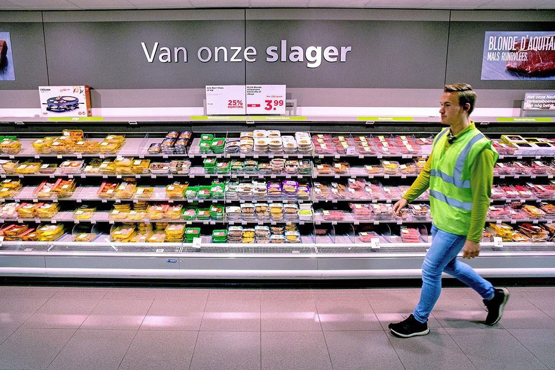 Vleesafdeling van een Plus-supermarkt aan het begin van de coronacrisis toen jasjes van medewerkers opriepen anderhalve meter afstand van elkaar te houden, maar mondkapjes nog niet verplicht waren. Plus gaat een flink deel van het verse vlees aanbieden onder het label 'Boerentrots'. Foto: ANP