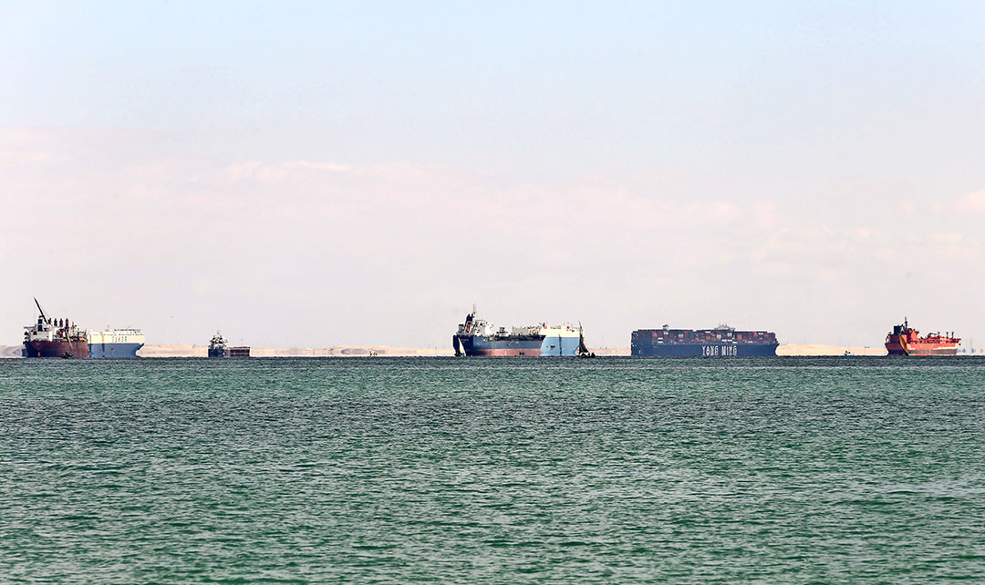 Vorige week lagen schepen voor anker bij de ingang van het Suez-kanaal dat gestremd was door het dwarsliggende containerschip de Ever Given. Veel goederen zijn hierdoor met vertraging onderweg. - Foto: Reuters