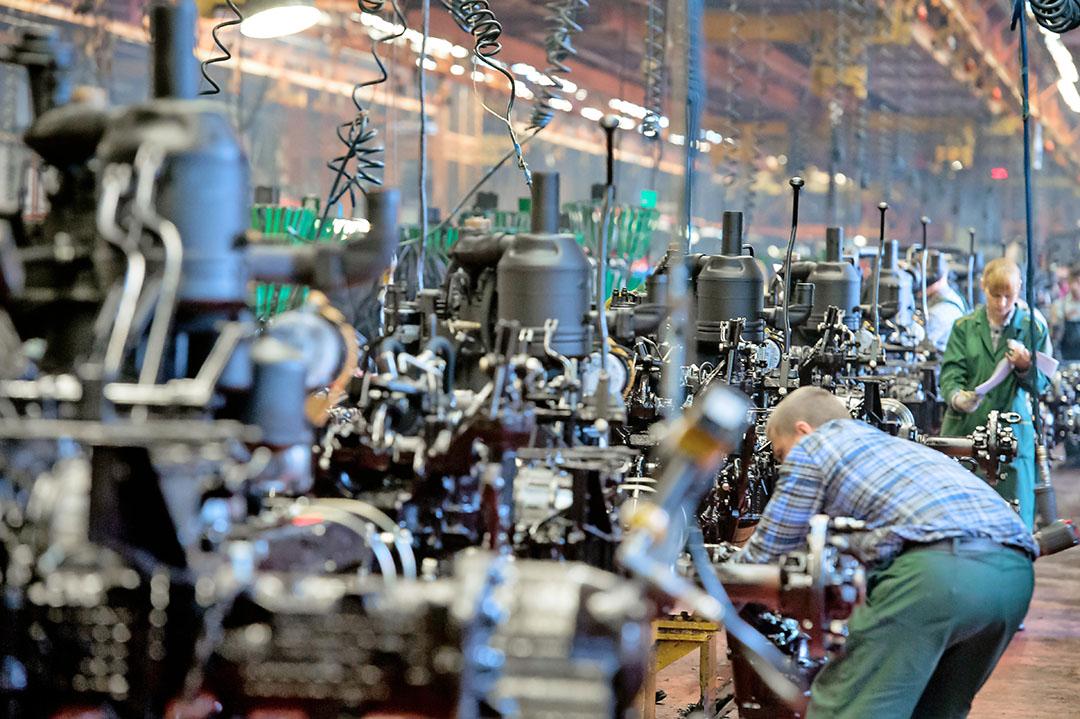 Werkzaamheden in een fabriek van Minsk Tractor Works. Wereldwijd worden veel trekkers verkocht. - Foto: Michel Velderman