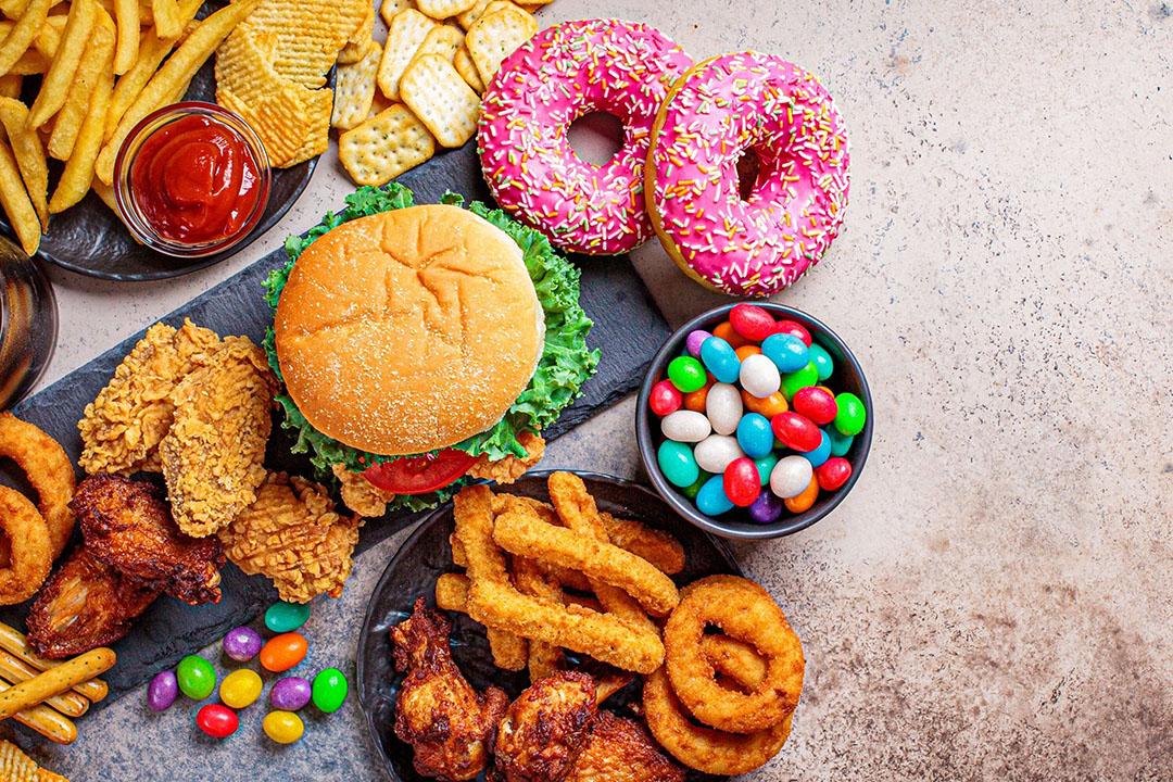 De Duitse reclamebranche wil dat kinderen tot 14 jaar minder reclames voor ongezonde voeding onder ogen krijgen. - Foto: Canva