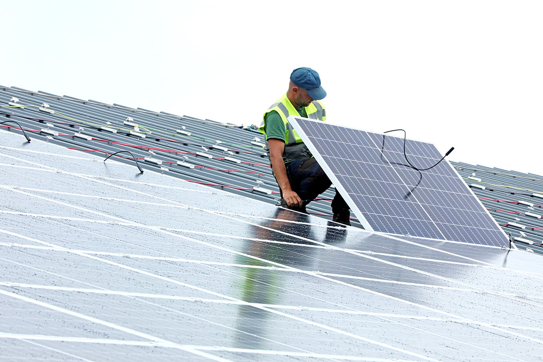 De sector voor zonne-energie geeft aan dat in de toekomst meer zonne-energie opgewekt kan worden op daken en gevels van (bedrijfs)gebouwen, waardoor de impact op agrarische grond mogelijk minder is. Foto: Henk Riswick