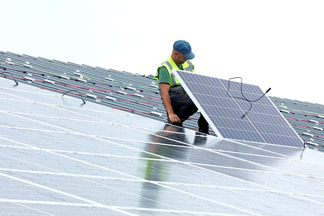Installatie van zonnepanelen op een staldak. 80% van de steun die Vlif uitkeerde ging naar energiebesparende maatregelen. - Foto: Henk Riswick