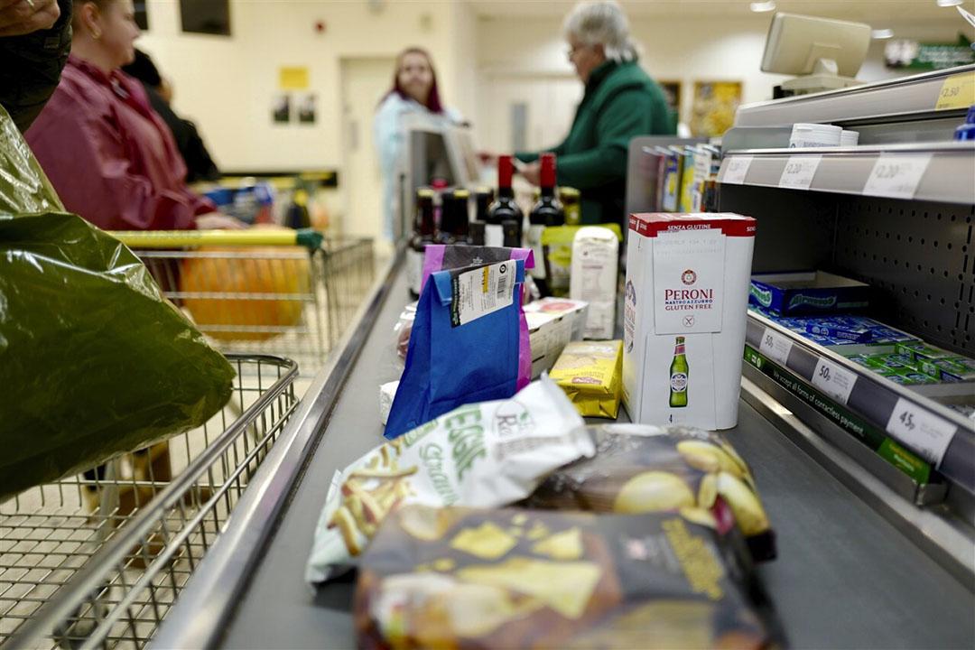 Voedingsmiddelen afrekenen in een supermarkt. - Foto: ANP