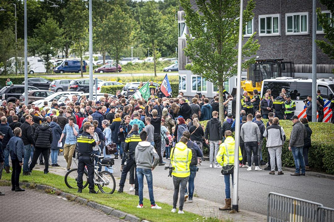 Enkele honderden boeren kwamen 8 juli vorig jaar naar het politiebureau in Assen om te demonstreren tegen de arrestatie van tientallen boeren. Deze boeren waren die dag bij Wijster gearresteerd waar zij de ingang blokkeerden van de afvalverwerker. - Foto: ANP