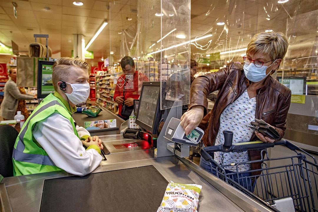 Boodschappen afrekenen bij de kassa. In maart en april doken de consumentenprijzen van voedingsmiddelen onder het niveau van dezelfde maand van vorig jaar.- Foto: ANP