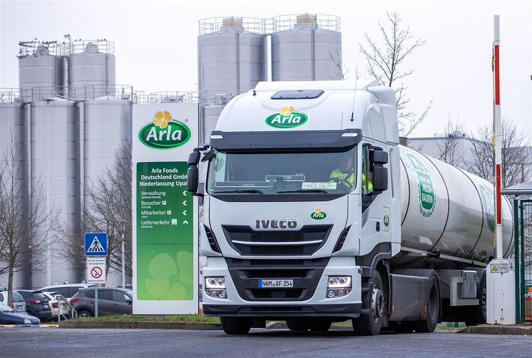 Een RMO verlaat het terrein van de Arla-fabriek in Upahl, Duitsland. - Foto: ANP