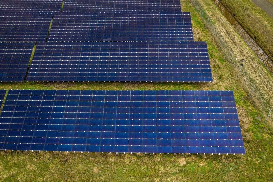 Dronebeeld van een gedeelte van een zonnepark. - Foto: ANP