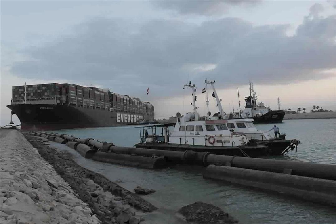 Sleepboten probeerden eind maart het vastgelopen schip Ever Given in het Suzekanaal los te trekken. - Foto: ANP