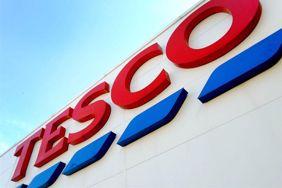 Het logo van Tesco op één van de filialen. Supermarkt Tesco is marktleider in het Verenigd Koninkrijk. - Foto: ANP