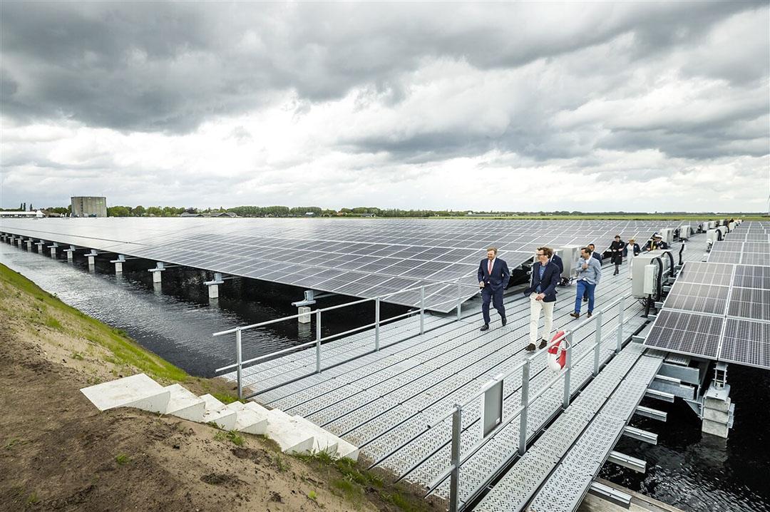 De panelen zijn verhoogd aangebracht, er kan gras blijven groeien en de opslagfunctie voor water van Avebe blijft ook behouden. - Foto: ANP