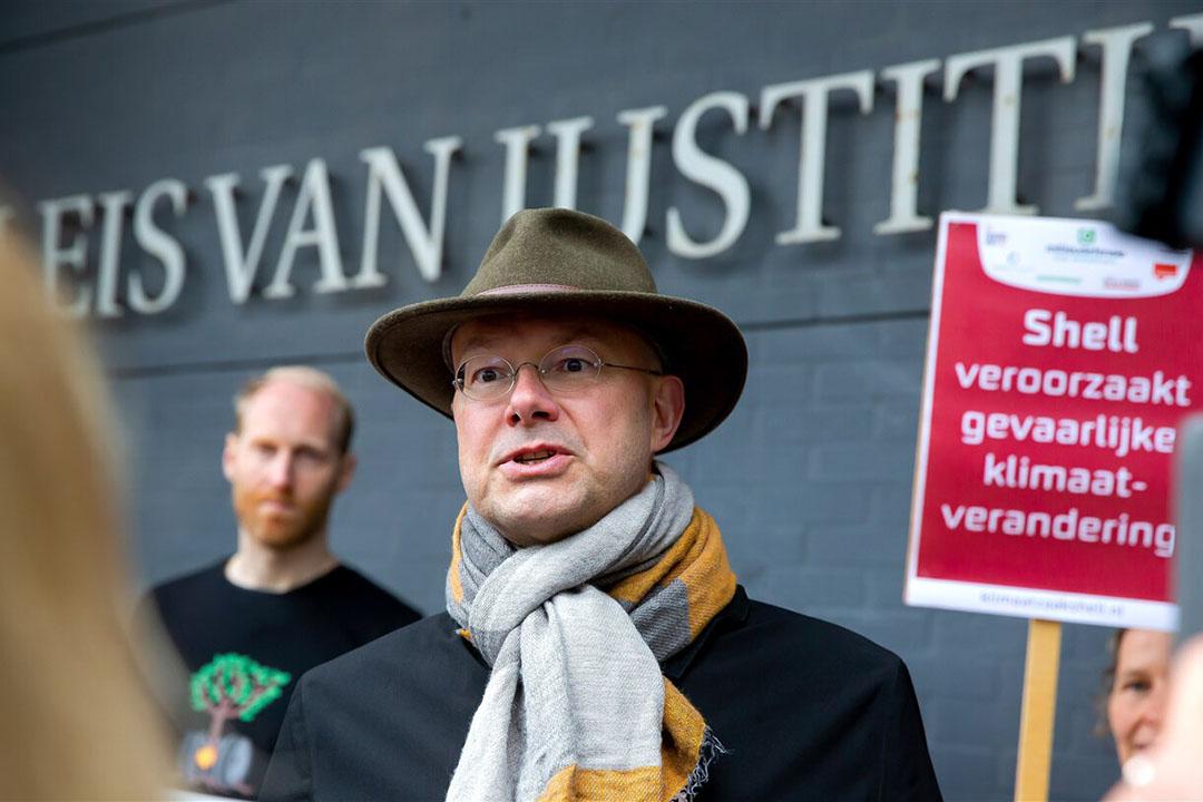 Donald Pols, directeur Milieudefensie, bij de rechtbank na afloop van de uitspraak dat Shell de CO2-uitstoot die het veroorzaakt drastisch omlaag moet brengen.