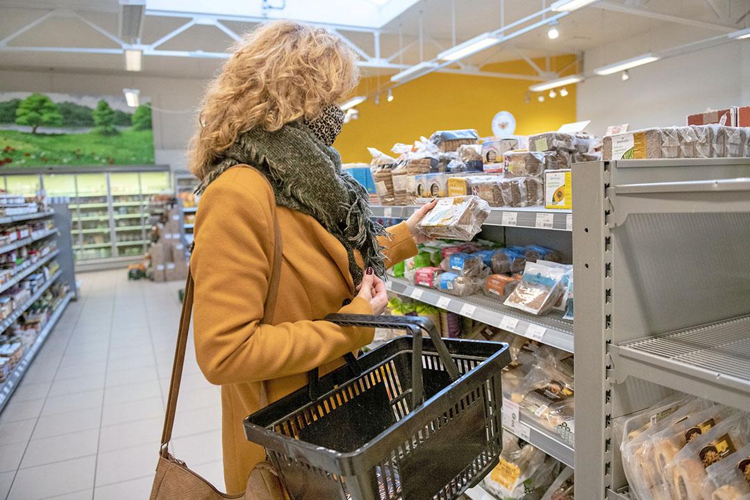 Een vrouw doet boodschappen in een duurzame supermarkt. Vertrouwen krijg je door transparantie; laat zien wat je doet, vertel waarom je doet wat je doet. Zp blijkt uit een online talkshow, georganiseerd door Cosun. Foto: ANP