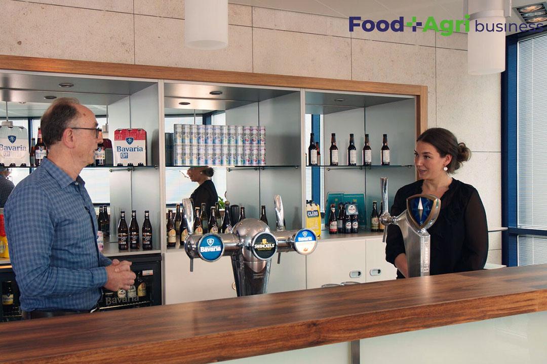 Duurzaamheidsmanager van Swinkels Marthijn Junggeburth legt presentatrice Sophie uit hoe de brouwerij zo efficiënt mogelijk met water omgaat. - Beeld: Imago Mediabuilders