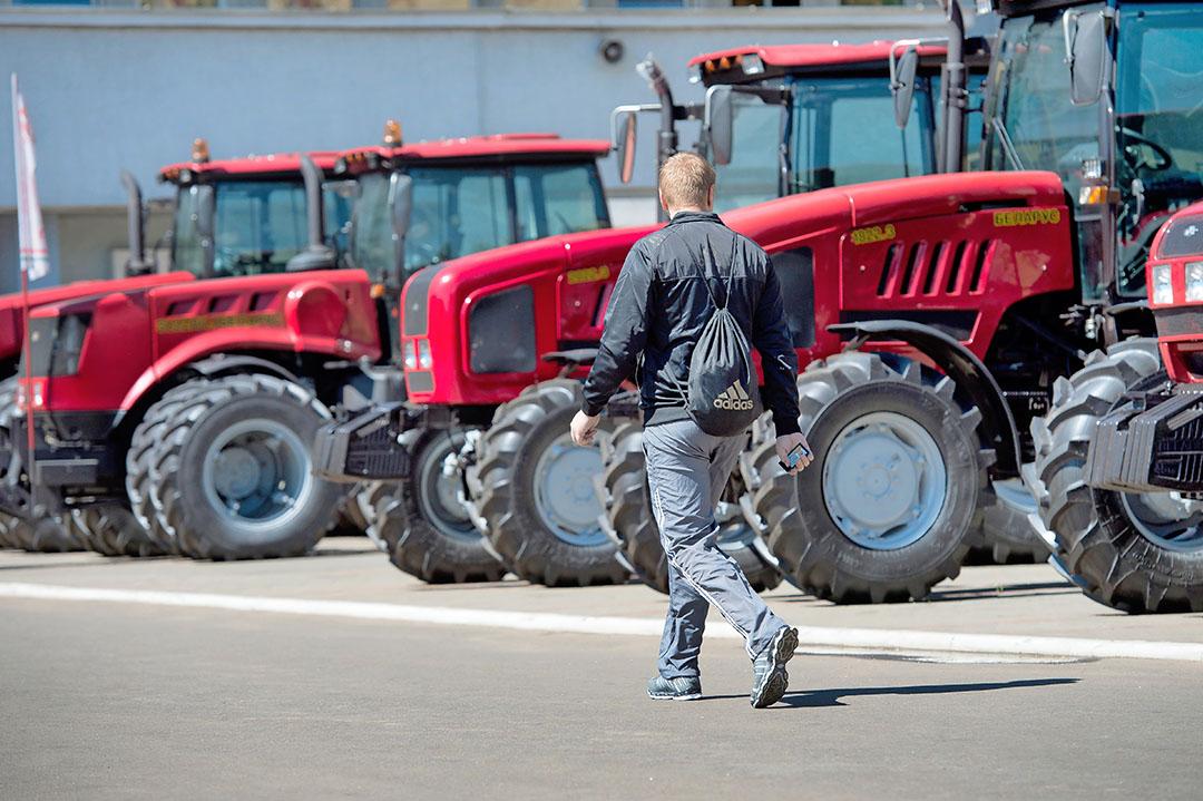 Voorraad nieuwe trekkers op het fabrieksterrein.van Minsk Tractor Works in Wit-Rusland. De plaats waar de Belarus-trekker gemaakt wordt. De Russische brancheorganisatie rapporteerde 19,4% meer verkochte trekkers in het eerste kwartaal van 2021. - Foto: Michel Velderman