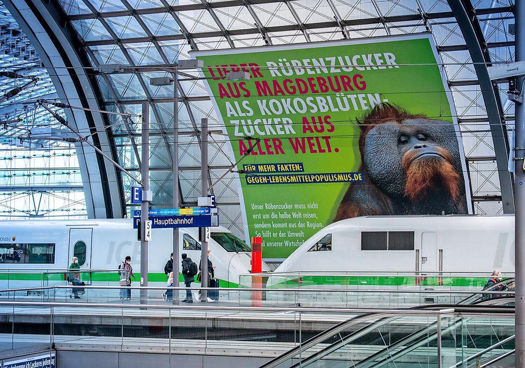 Een poster van de WVZ op het treinstation van Berlijn, die het gebruik van bietsuiker promoot. Foto: WVZ