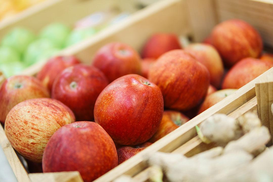 Appels in een groentewinkel. Franse appeltelers hebben minder appels op voorraad. - Foto: Canva.com