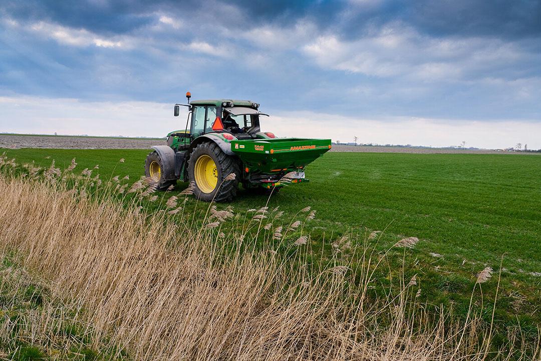 Het strooien van kunstmest op grasland. - Foto: Jan Willem van Vliet