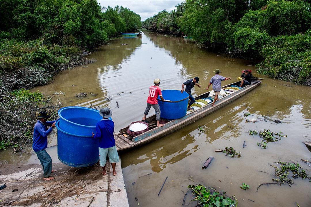 Vietnamese vissers gaan het water op. - Foto: ANP