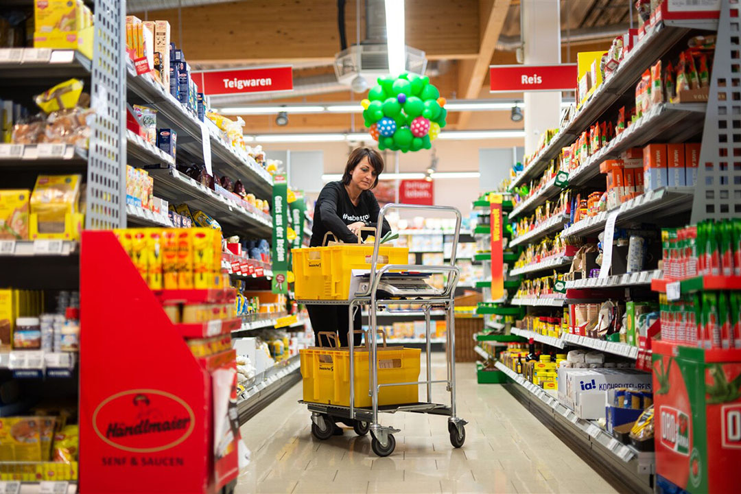 Beeld uit een Duitse supermarkt. Voedselprijzen stegen in Duitsland minder hard dan de inflatie. - Foto: ANP