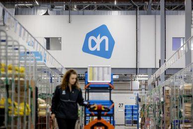 Een medewerker bezig met orderverzamelen in het Home Shop Center van Albert Heijn. Vanuit dit gebouw bezorgt de supermarktketen wekelijks tienduizenden bestellingen bij hun klanten. - Foto: ANP