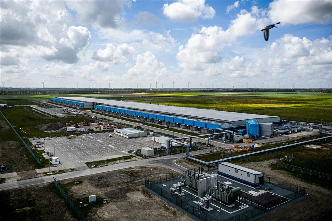 Een luchtfoto van het datacenter van Google in Middenmeer, Noord-Holland. In totaal staan er op het industrieterrein Agriport naast de A7 in totaal 65 hectaren aan datacenters. - Foto: ANP