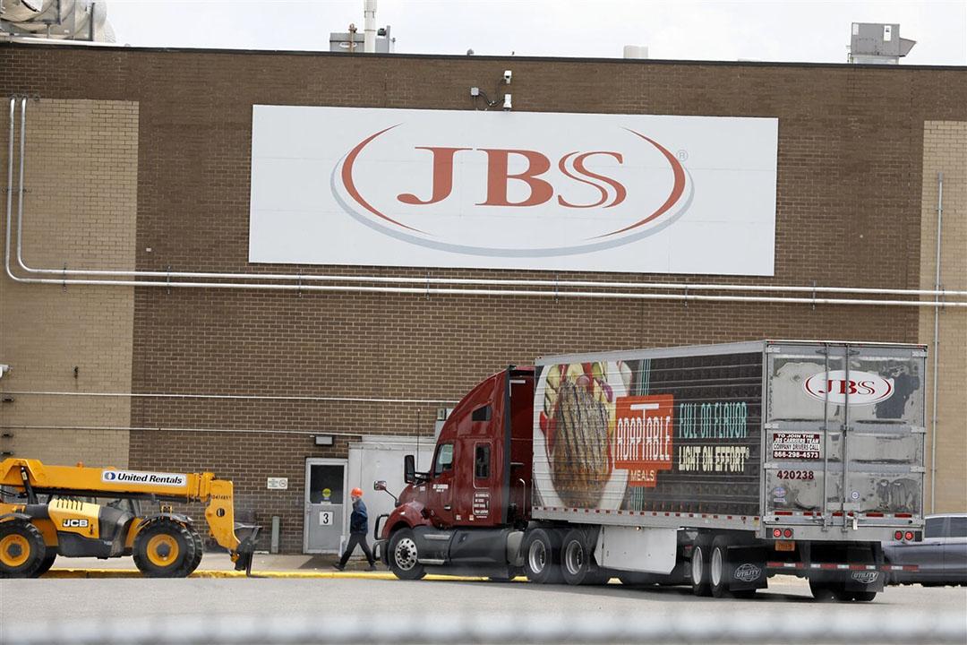 Vleesverwerker JBS werd begin juni slachtoffer van een cyberaanval, waarbij losgeld werd geëist. Vestigingen in Noord-Amerika (zoals op de foto in Plainwell, Michigan) en Australië moesten tijdelijk sluiten. - Foto: ANP