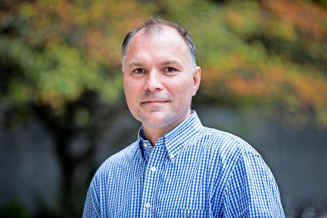 Han Wösten is hoogleraar microbiologie aan Universiteit Utrecht. Met een groep Deense en Nederlandse wetenschappers gaat hij onderzoek doen naar de inzet van schimmels en bacteriën voor de productie van vleesvervangers. Foto: Han Wösten