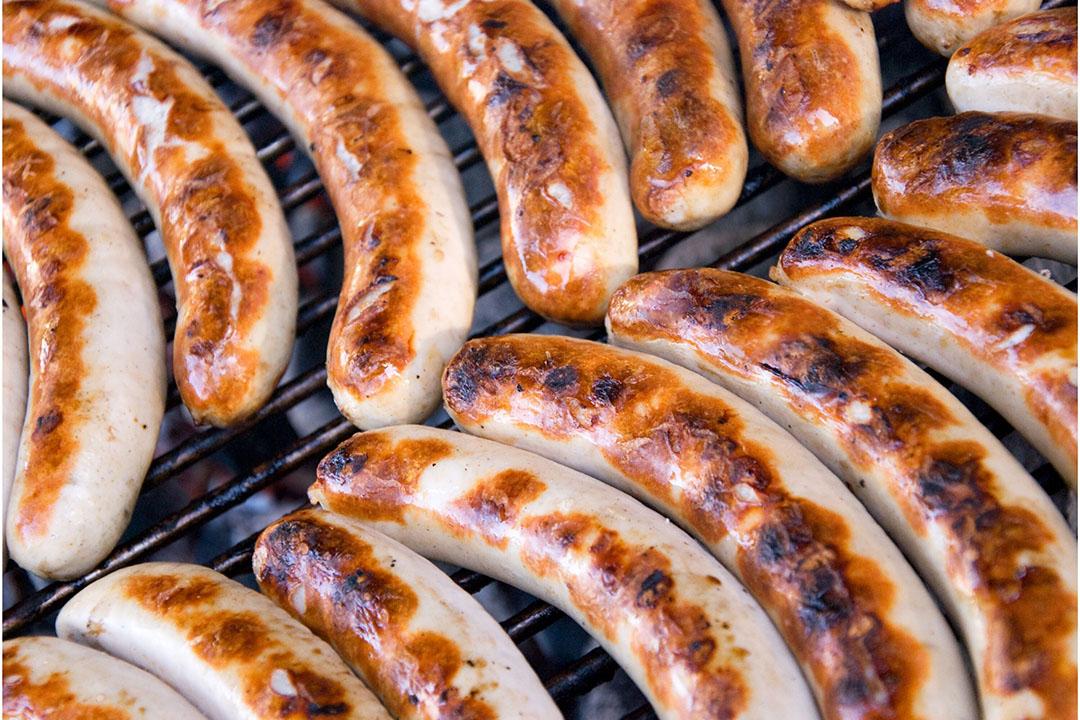 Worstjes op de barbecue. Gekoelde vleesproducten zijn de hoofdrolspelers in een nieuwe brexitconflict tussen de Europese Unie en het Verenigd Koninkrijk. - Foto: Canva.com
