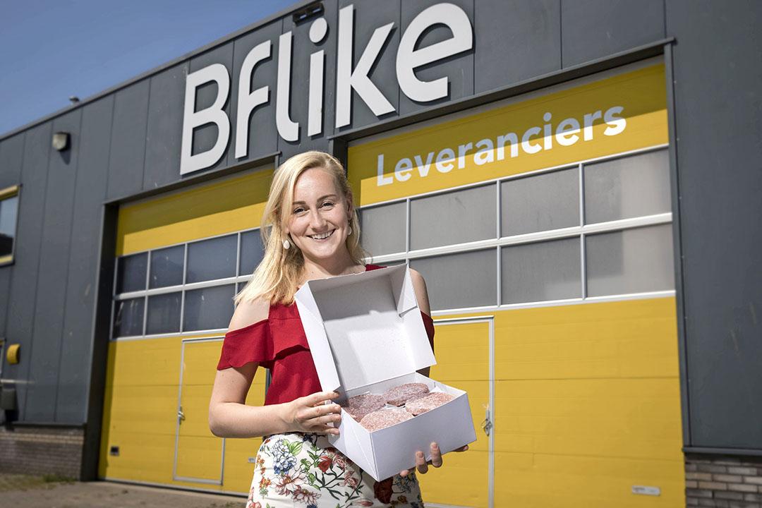 Pien van Streun, verantwoordelijk voor kwaliteit en processen bij start-up Bflike, voor het pand van het bedrijf in Elst. - Foto: Koos Groenewold